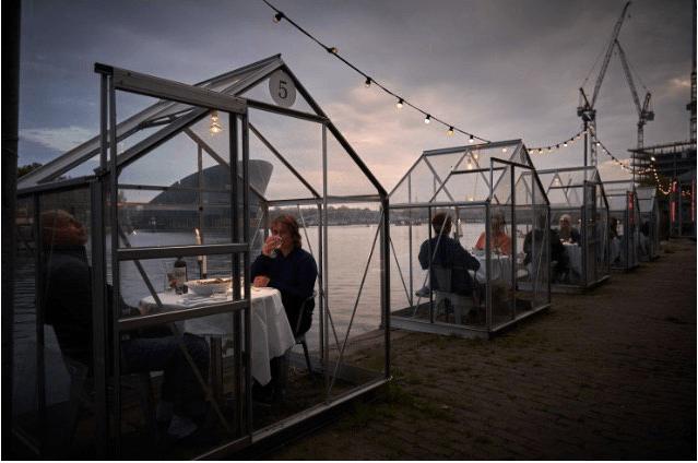 В Амстердамі відкрили ресторан з окремими скляними кабінами для відвідувачів