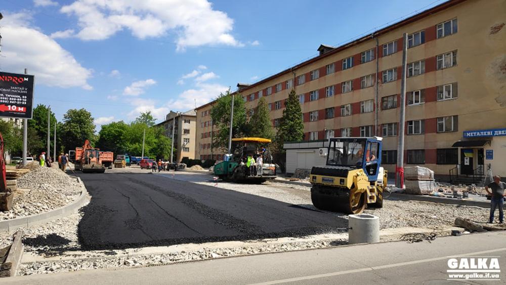 На місці з'єднання бульварів у Франківську вже стелять нижній шар асфальтобетону (ФОТО)