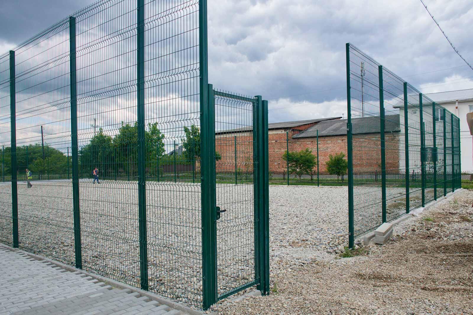 У Микитинцях завершують встановлювати сучасний футбольний майданчик (ФОТО)