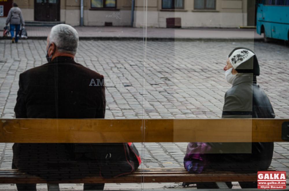 """Франківці скаржаться на жителів Підпечер, які не пускають пасажирів у """"свій"""" автобус"""