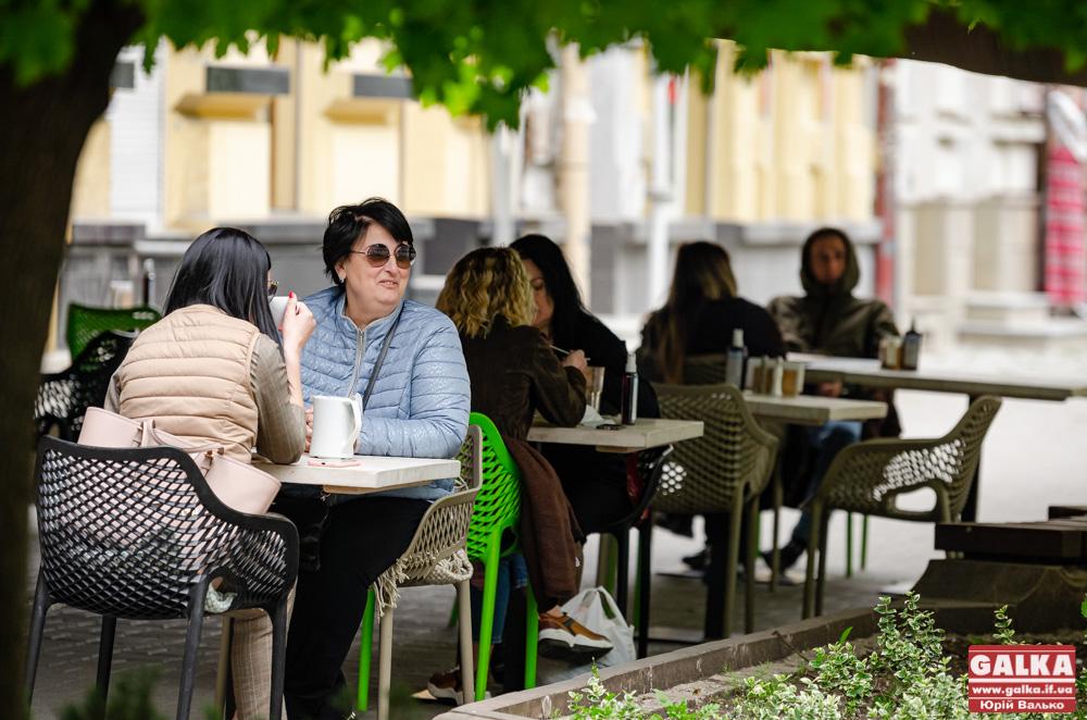 """На каву! Як франківці окупували """"карантинні"""" літні майданчики (ФОТОРЕПОРТАЖ)"""