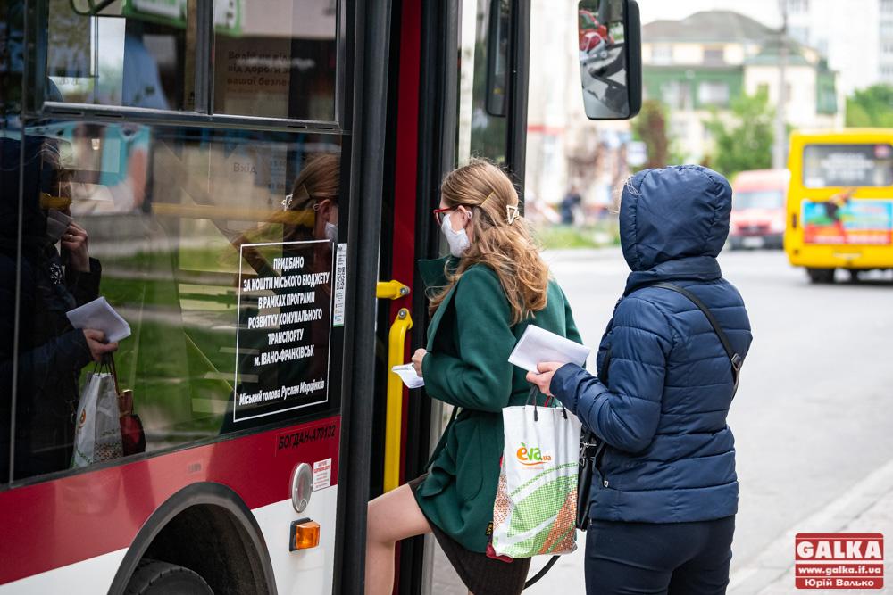 З довідками та у масках: як у Франківську запрацював громадський транспорт (ФОТОРЕПОРТАЖ)
