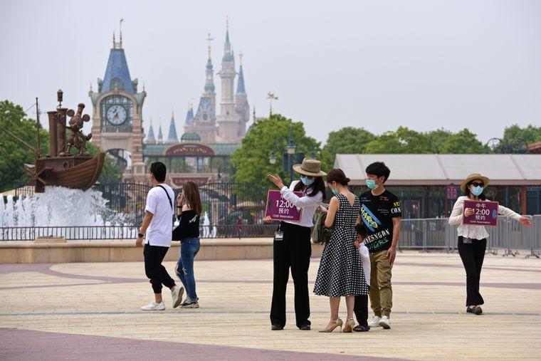 У Шанхаї вперше з січня з обмеженнями запрацював «Діснейленд» (ФОТО, ВІДЕО)