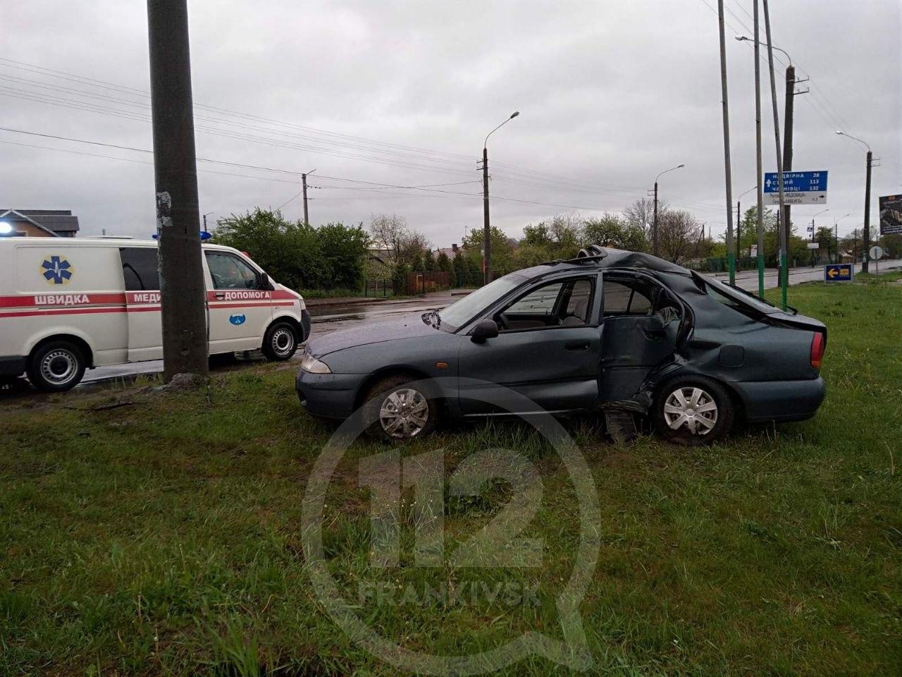 На Коновальця водій Міцубіші уникав ДТП із ДЕО, але розбився об електроопору, є травмовані (ФОТО)