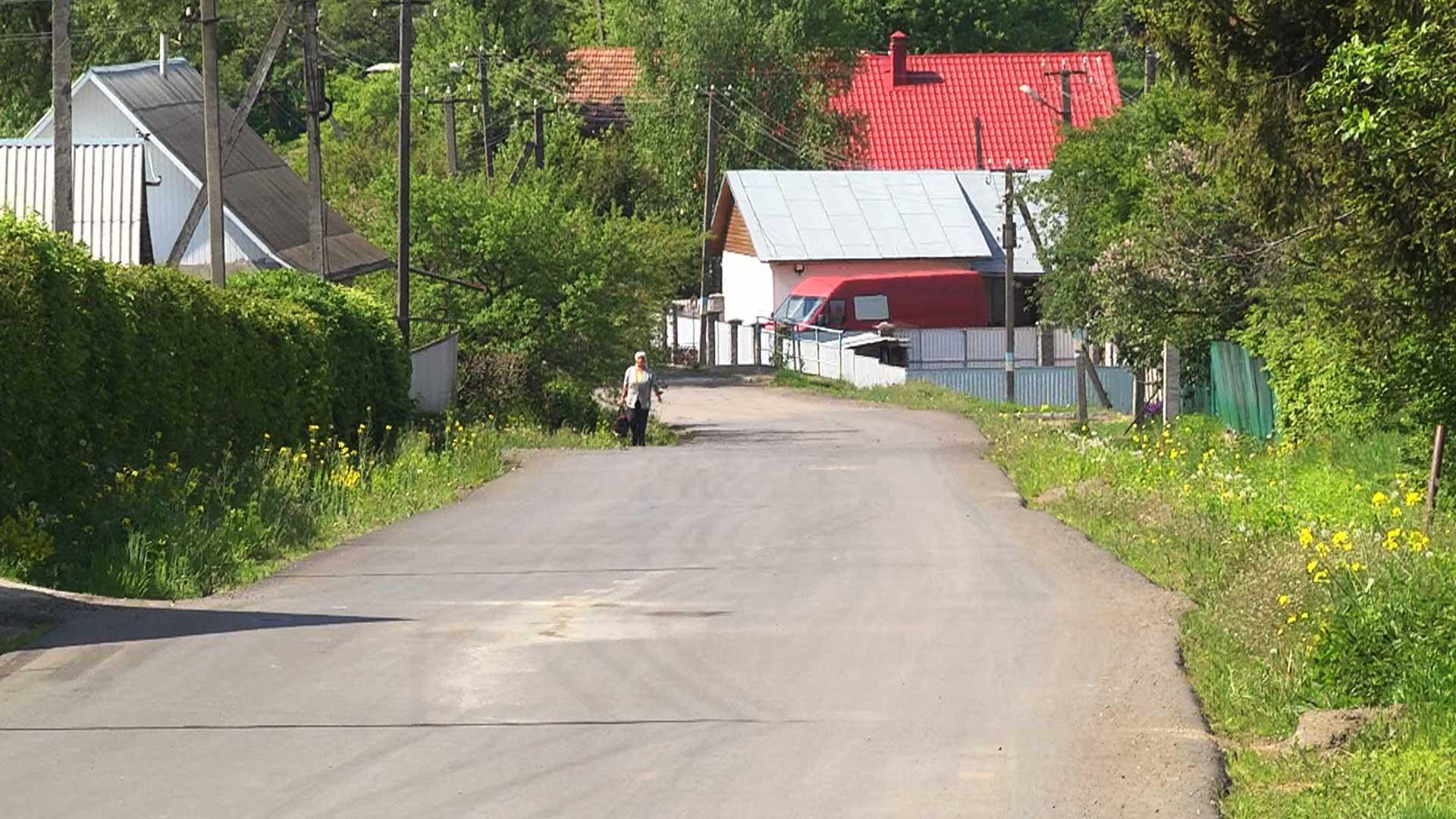 Стелять асфальт і латають ями: на Коломийщині тривають ремонти автошляхів (ВІДЕО)