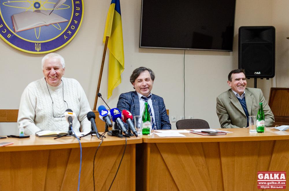 З обережністю та радістю: у Франківську провели першу за два місяці «живу» пресконференцію (ФОТО)