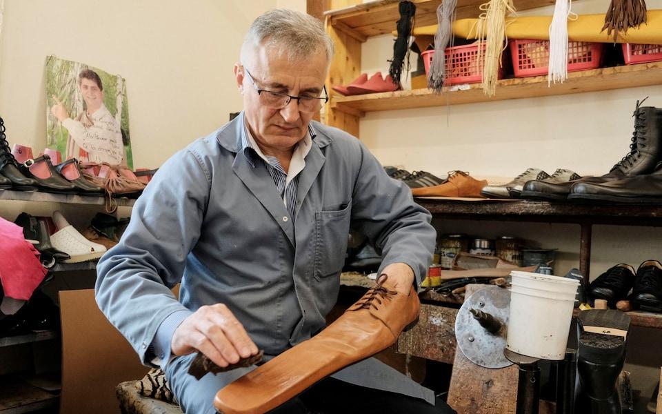 Кумедне і незручне: в Румунії винайшли взуття для соціального дистанціювання (ФОТО, ВІДЕО)