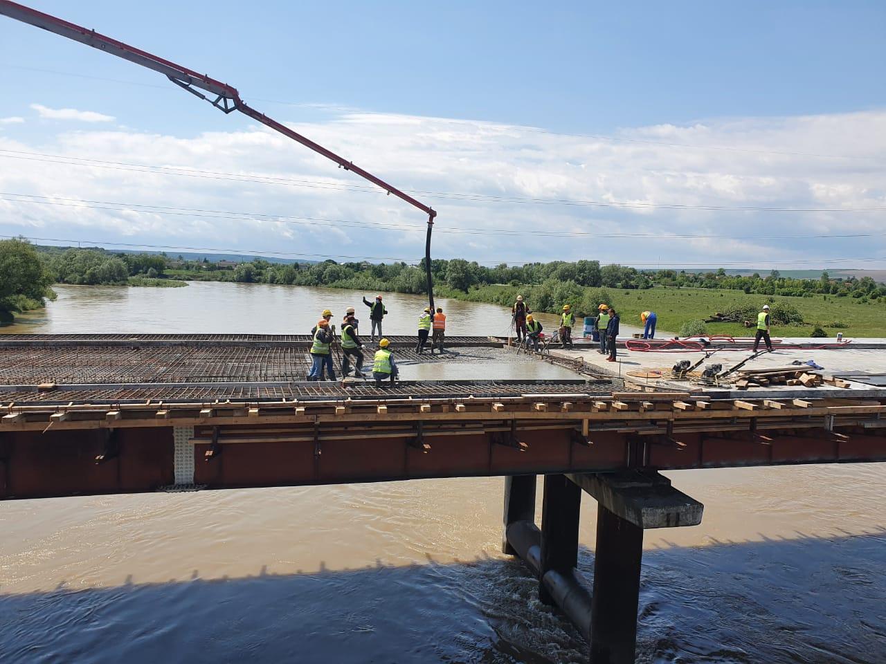 На Калущині завершують бетонувати міст через Дністер (ФОТО)