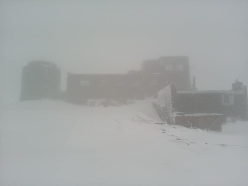 На найвищій рятувальній станції України літо зустрічають снігопадом (ФОТО)