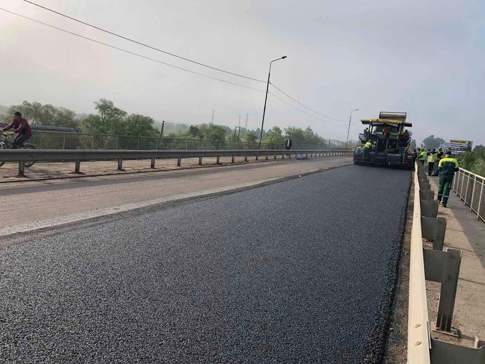 На мості в селі Черніїв уклали новий шар асфальту (ФОТО)