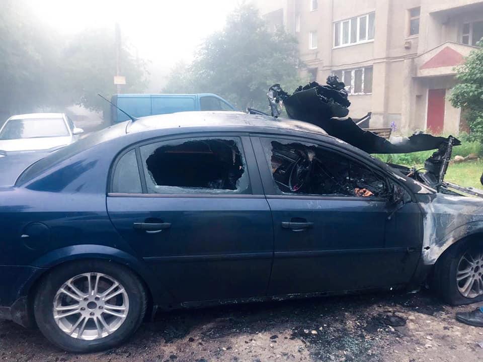 51-річному бурштинцю спалили автомобіль (ФОТО)