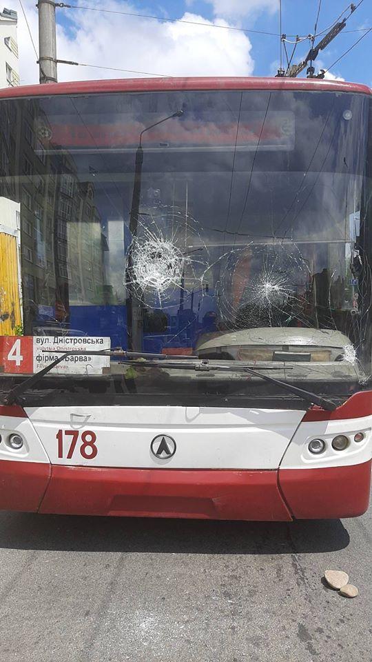 У Франківську чоловік розбив лобове скло тролейбуса, бо водій зробив зауваження (ФОТО)