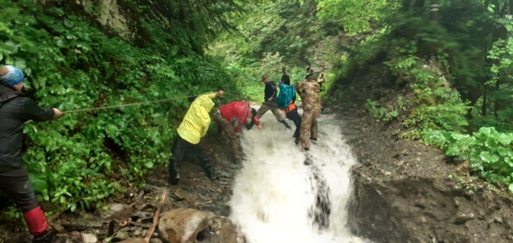 З'явилися фото, як рятували туристів з пастки на Манявському водоспаді (ФОТО)