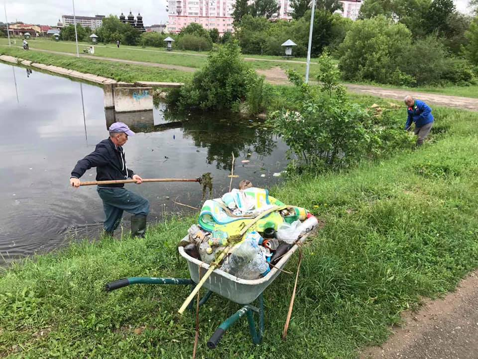 Комунальники витягнули з Німецького озера сміття та раколовки (ФОТО)