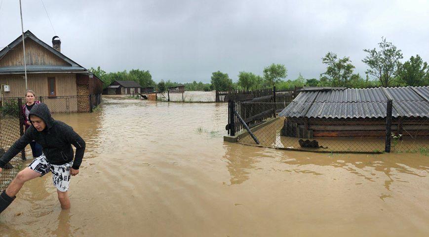 """""""Люди плачуть"""": у Перегінську річка затоплює подвір'я та будинки (ФОТО)"""