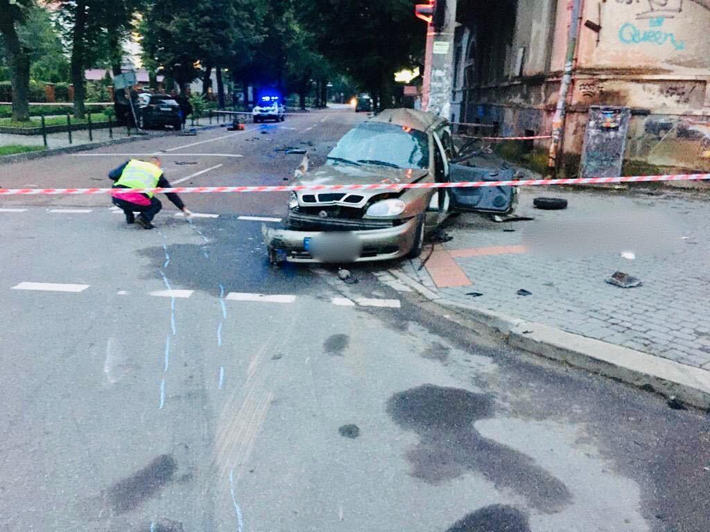 Загинув 24-річний хлопець: у поліції розповіли подробиці нічної ДТП у центрі міста (ФОТО)