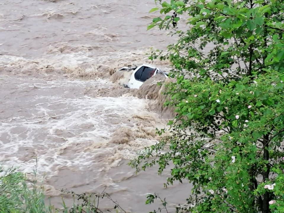 У Яблуниці на Верховинщині вночі машина впала у річку – доля водія невідома (ФОТОФАКТ, ДОПОВНЕНО)