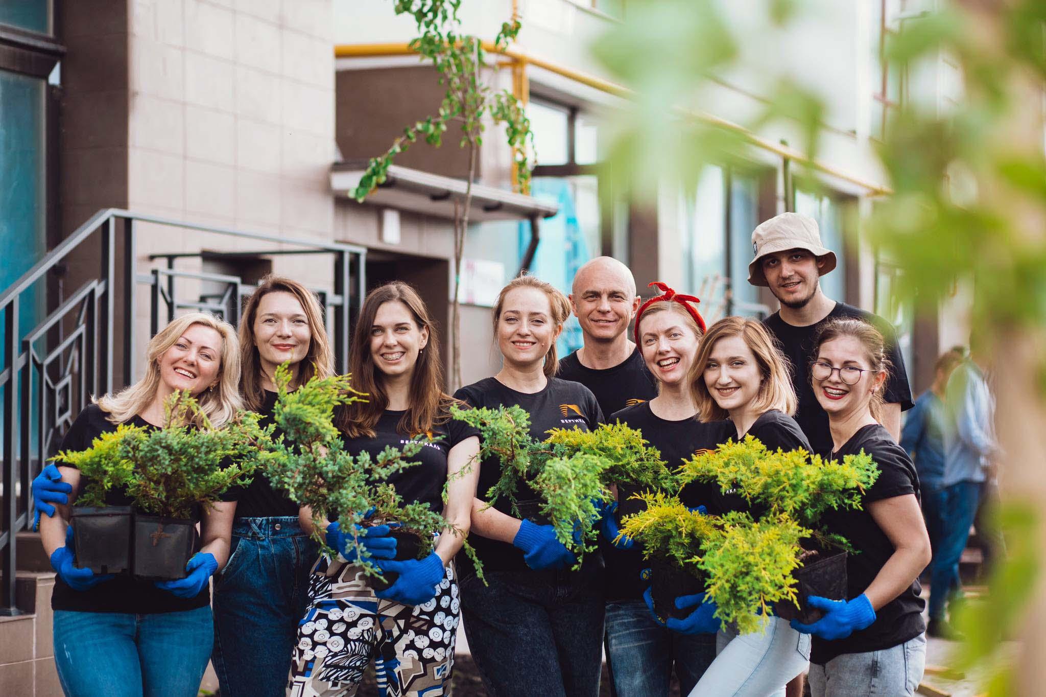 БК Вертикаль висадила 300 дерев та декоративних рослин у Містечку Козацькому