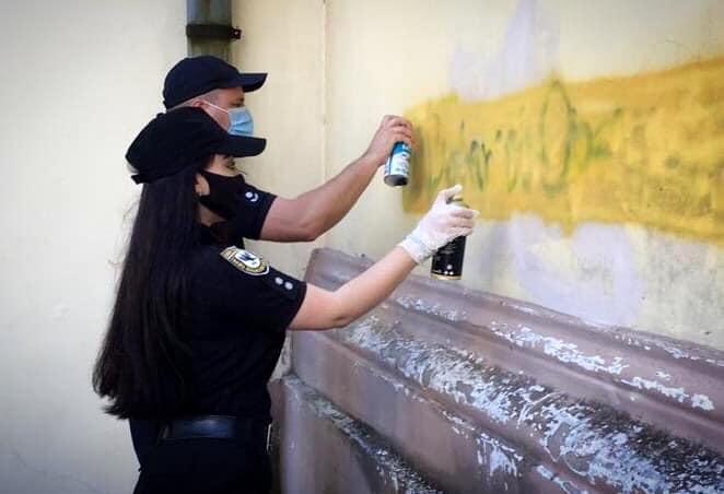 У центрі міста поліціянти малювали на стінах – боролися з наркозлочинністю (ФОТО)