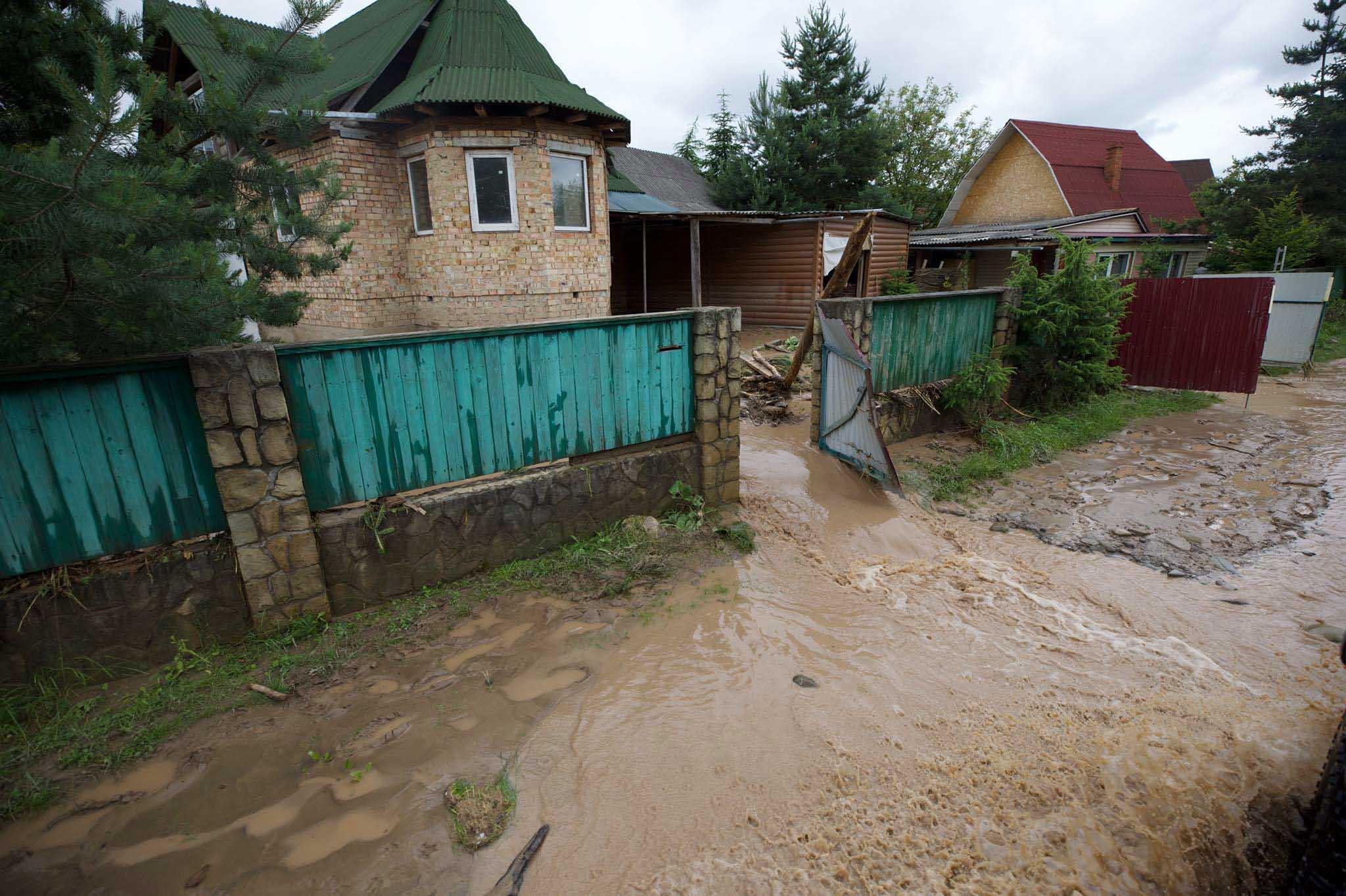 У воді ще перебувають понад 10 тисяч прикарпатських будинків: дані по усіх містах і селах