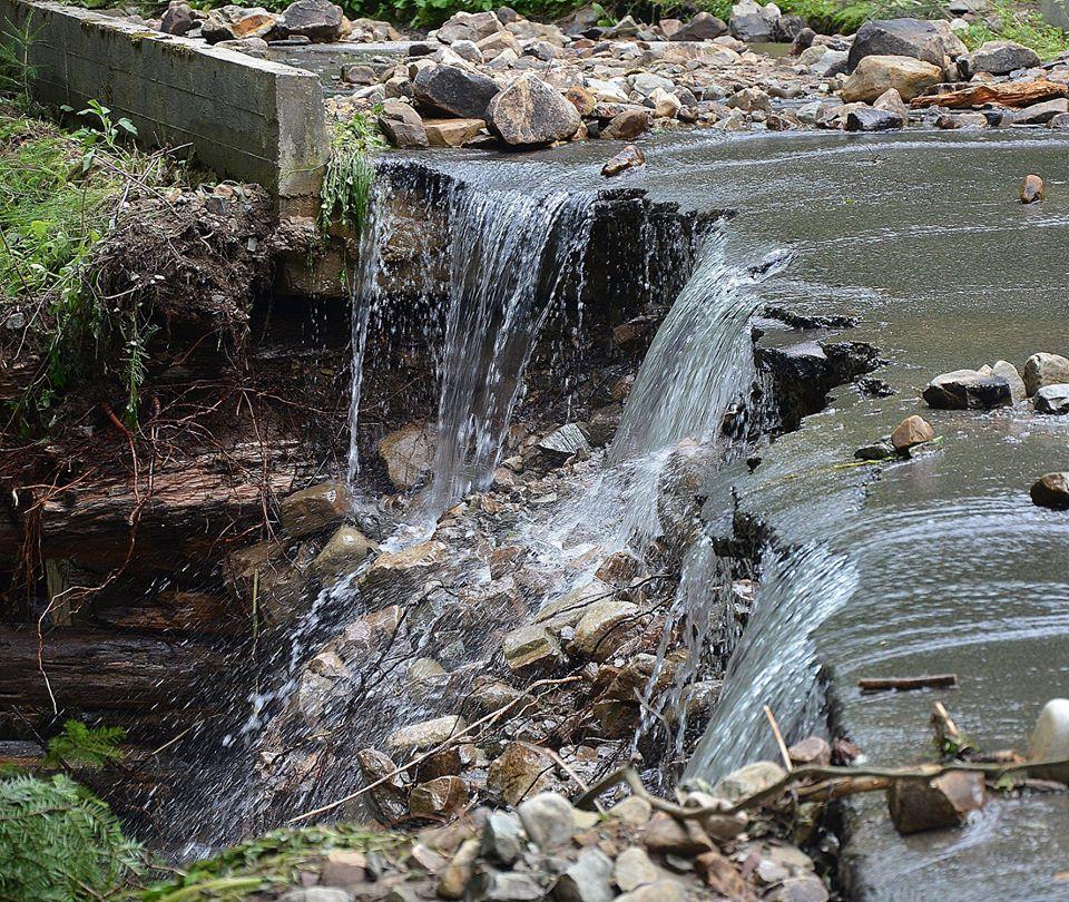 """Один з найвідоміших водоспадів Прикарпаття """"відрізало"""" від туристів (ФОТО)"""