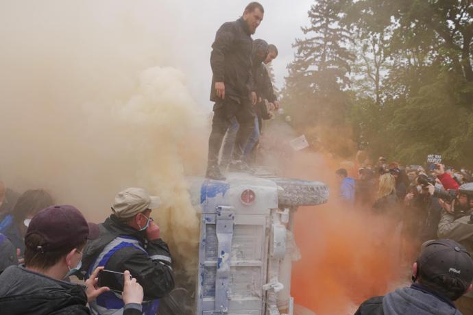 """Під Радою підпалили """"міліцейський бобік"""" (ФОТО)"""