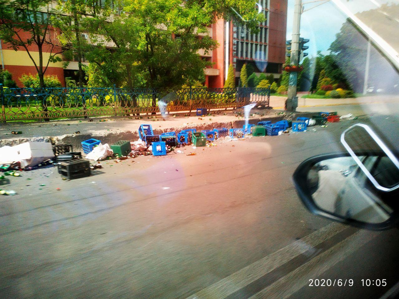 На Незалежності розсипалися скляні пляшки (ФОТО, ВІДЕО)