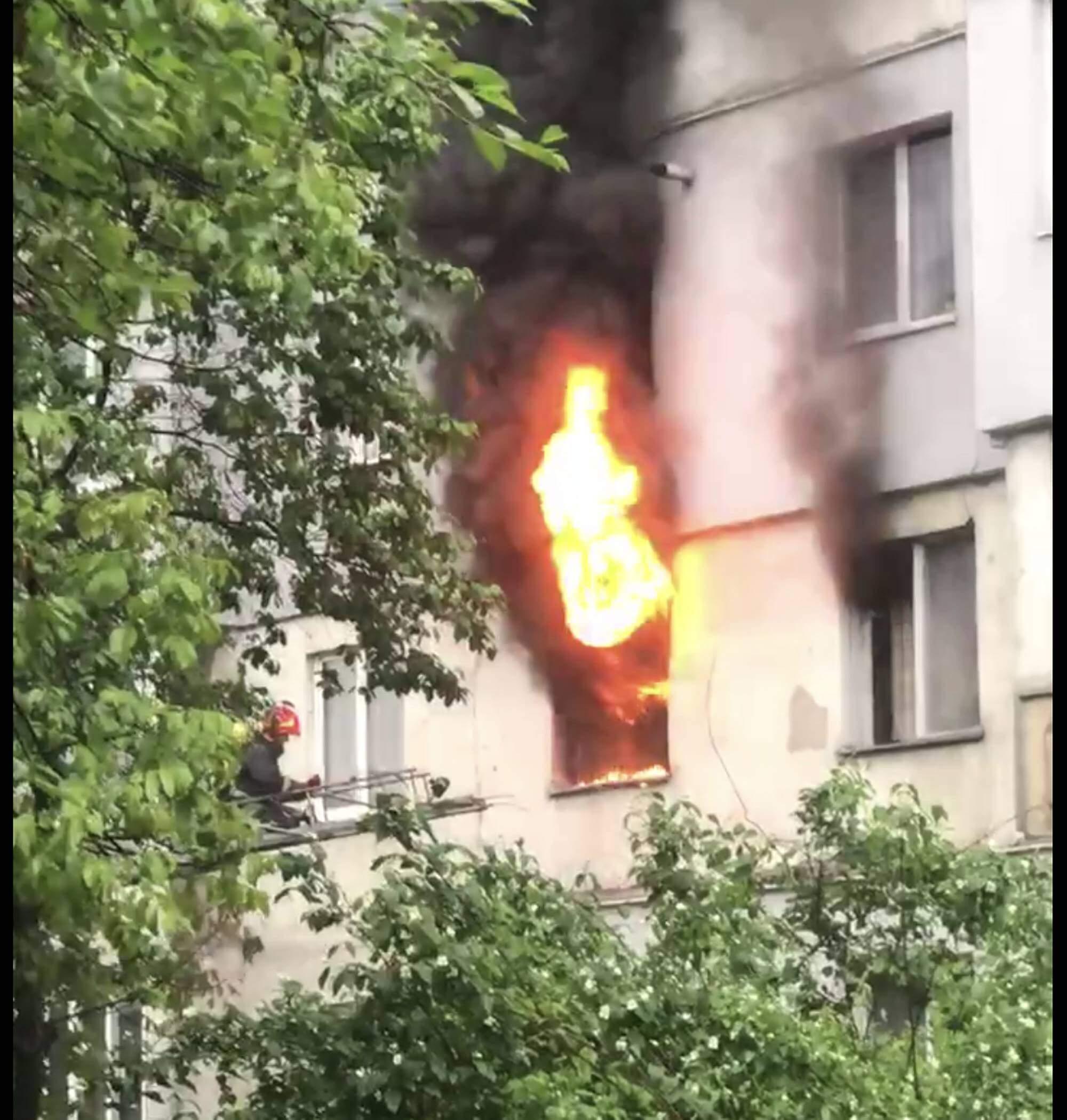 На Вовчинецькій палає квартира в багатоповерхівці – на пожежі врятували жінку (ВІДЕО, ОНОВЛЕНО)