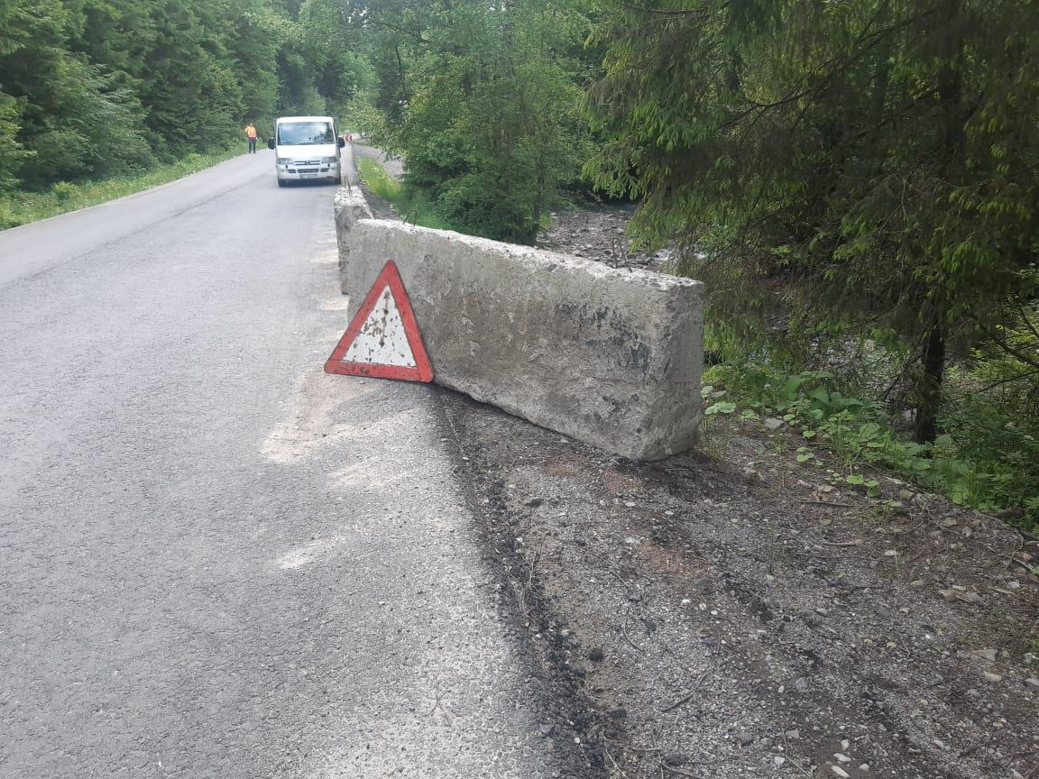 На дорозі Р-24 на Прикарпатті ліквідовують наслідки негоди (ФОТО)