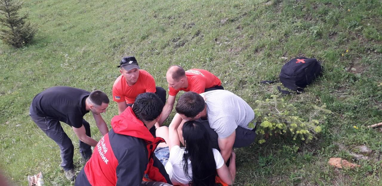 У горах на Верховинщині рятувальники допомагали травмованій туристці (ФОТОФАКТ)