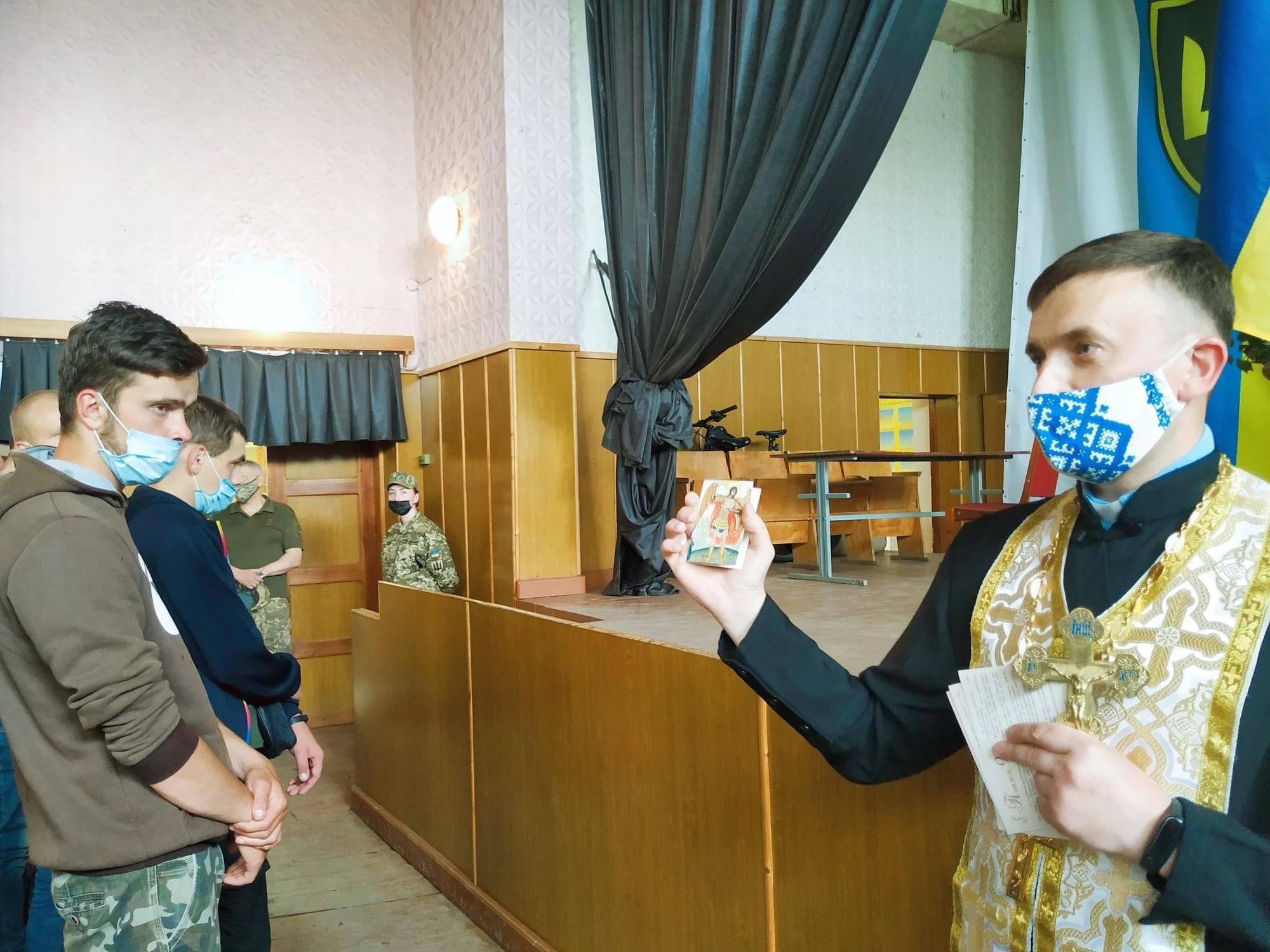 Без батьків, але зі священником: 70 юнаків відправились на строкову службу в ЗСУ (ФОТО)