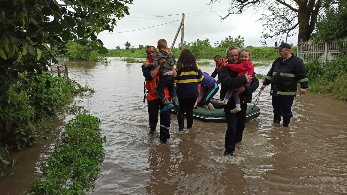 Наслідки стихії: на Прикарпатті врятували та евакуювали майже 200 осіб (ФОТО)