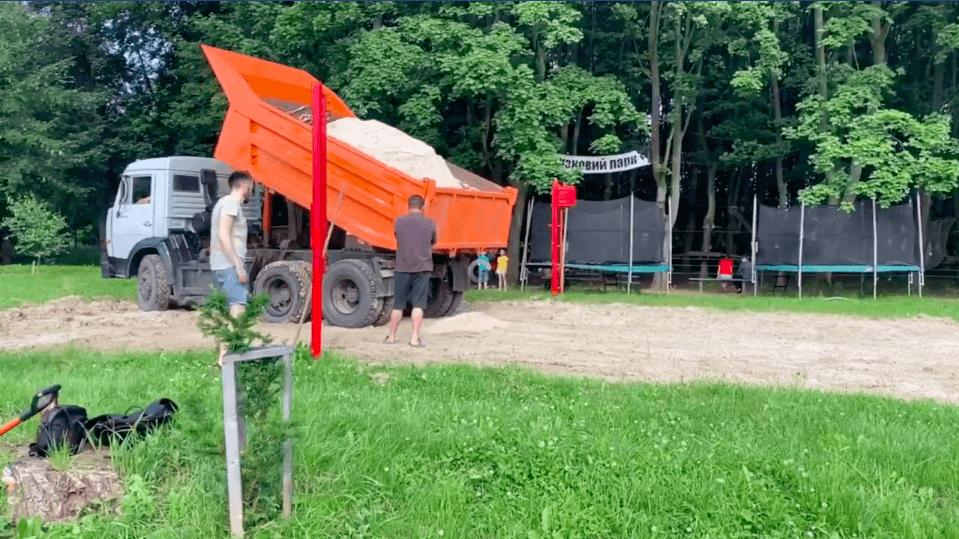 На міському озері Коломиї активісти облаштували волейбольний майданчик (ВІДЕО)