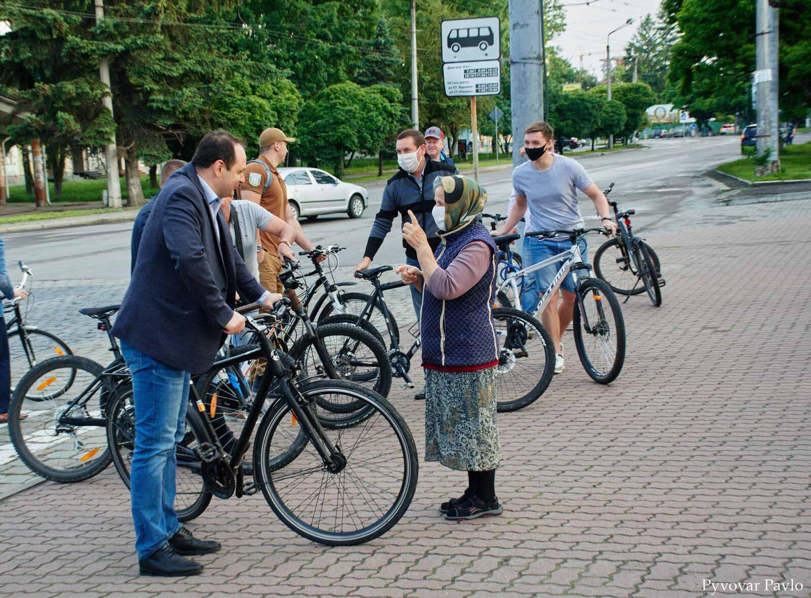 """""""Що там на Хоткевича?"""": франківські посадовці на велосипедах проінспектували мікрорайон (ФОТО)"""