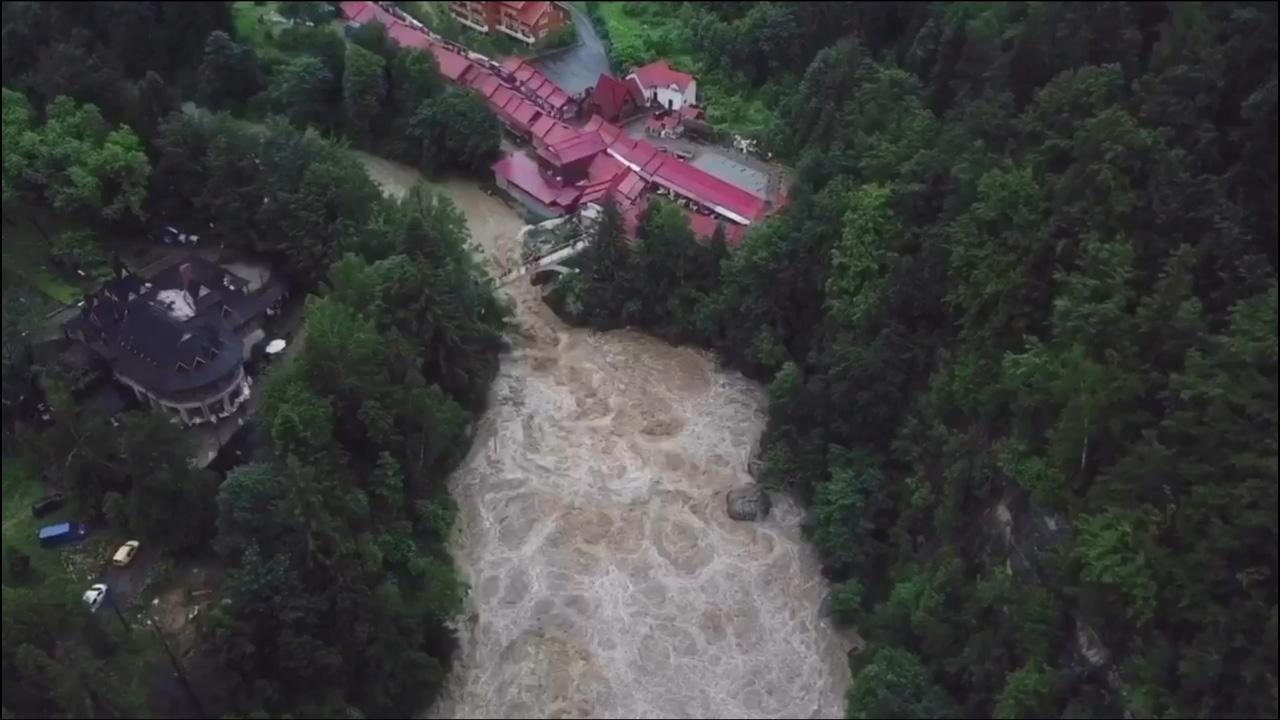 Водоспад у Яремче перетворився у бурхливий потік – показали відео з висоти пташиного польоту (ВІДЕО)