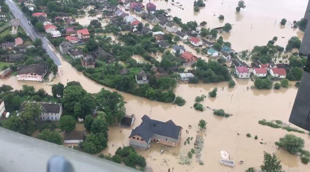 У мережі показали затоплені Галич та інші регіони Прикарпаття. Відео з гелікоптера Шмигаля
