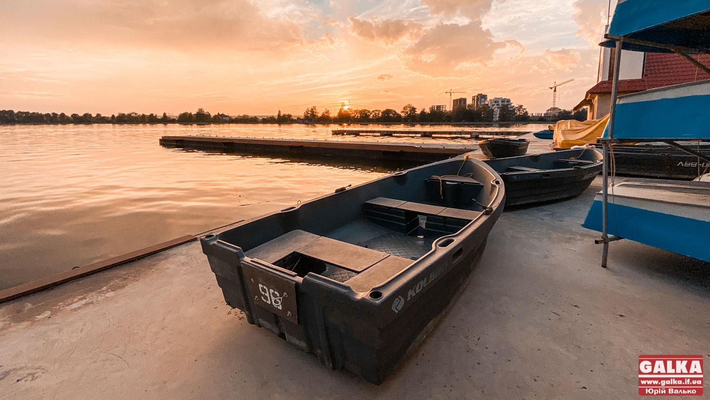 П'яний посеред озера: у Франківську рятувальники і поліція вгамовували відпочивальника