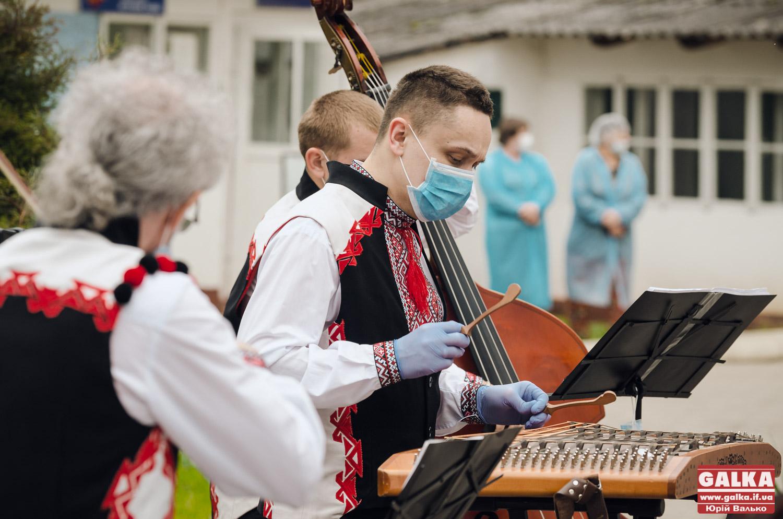 Під інфекційною лікарнею у Франківську медикам подякували концертом (ФОТО, ВІДЕО)