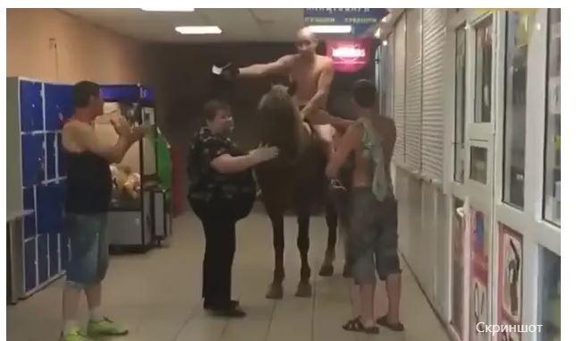 У Києві роздягнений чоловік на коні навідався у супермаркет (ВІДЕО)