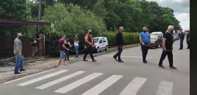 У Болехові люди, тримаючись за мотузку, блокують дорогу національного значення (ФОТО, ВІДЕО)