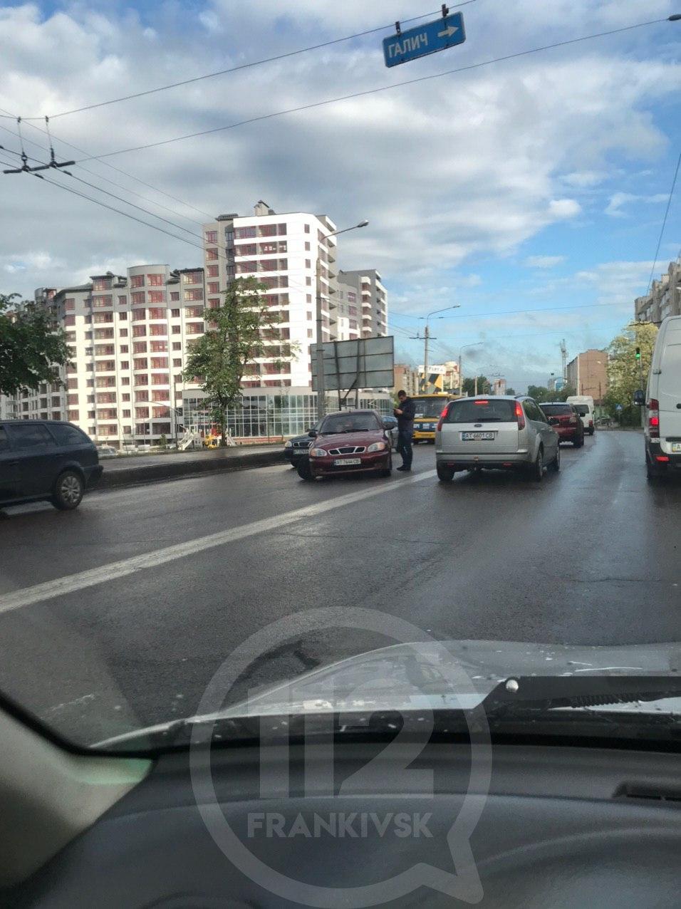 На Пасічнянському мості в машини відлетіло колесо: рух в мікрорайоні зупинився (ФОТОФАКТ)