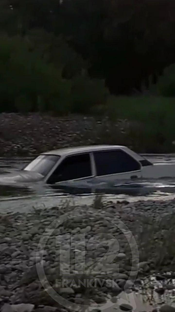 У Вовчинцях на Бистриці п'яний водій втопив свою машину (ФОТО, ВІДЕО, ОНОВЛЕНО)