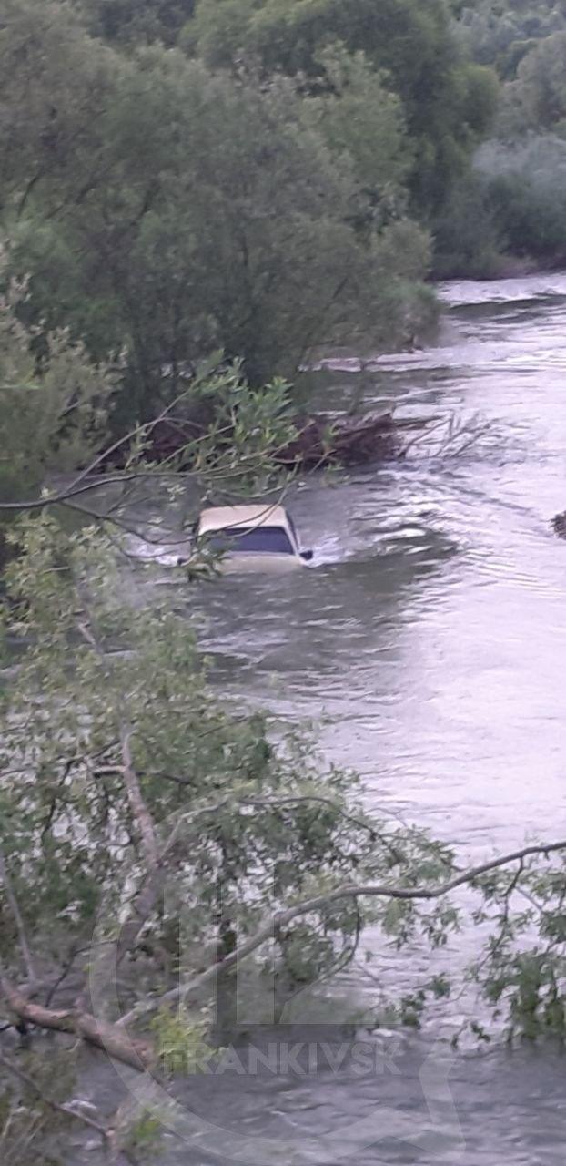 П'яний водій, котрий втопив свою машину у Вовчинцях, перед цим вчинив ДТП і не мав документів (ФОТО, ВІДЕО)