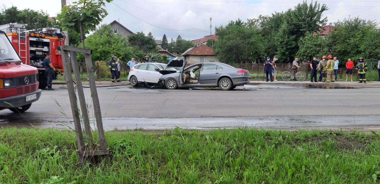 Лобове зіткнення на Коновальця: не розминулися Ford та Peugeot, є травмовані (ФОТО, ВІДЕО)