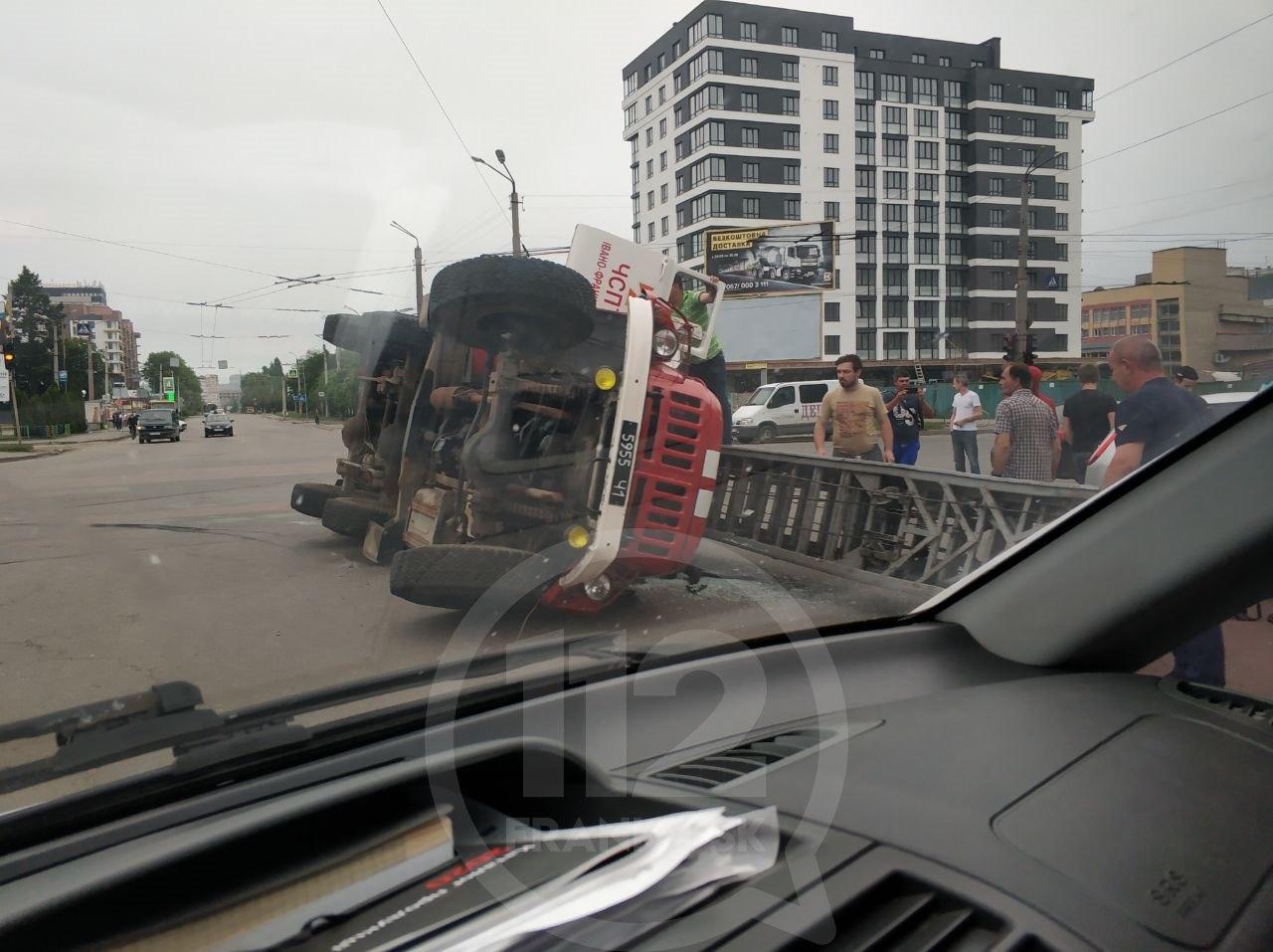 Пожежна автодрабина перевернулася на Вовчинецькій після ДТП з Ford (ФОТО, ВІДЕО)