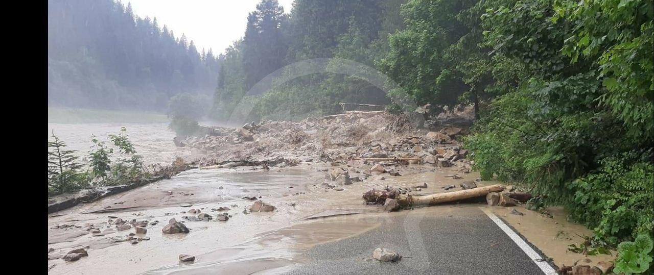 Дорога на Буковель у двох місцях зруйнована та заблокована (ФОТО, ВІДЕО)