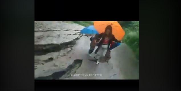 У Яремче під жінкою з двома дітьми зсунулася дорога: врятувалися в останню мить (ВІДЕО, ФОТО)