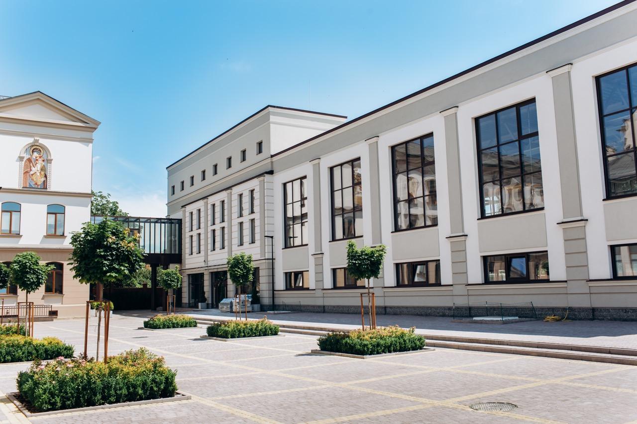 У новозбудованому корпусі Католицької гімназії облаштують їдальню, спортзал та актову залу (ФОТО)