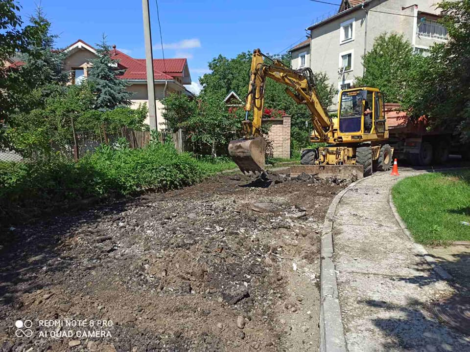 У Франківську поблизу парку на вулиці Української дивізії ремонтують дорогу (ФОТО)