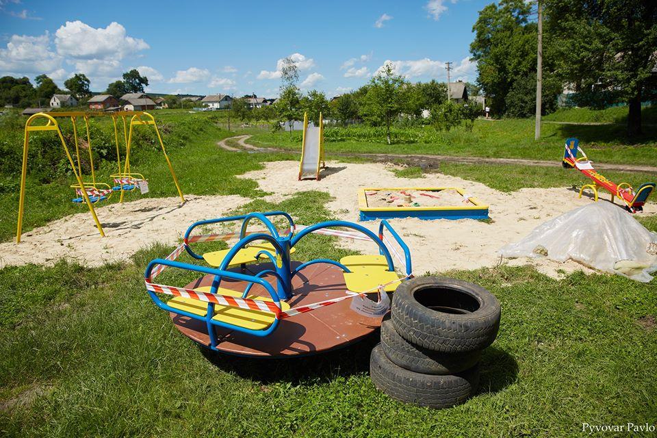 За кошти міста в Узині встановили дитячий майданчик. Огорожу селяни робитимуть самі (ФОТО)